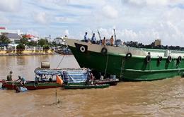 Sà lan mất lái tông chìm ghe trên sông Tiền
