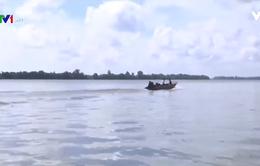 Nguy hiểm khi qua sông Hậu bằng thuyền máy