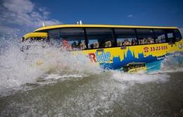 """Ngỡ ngàng với xe bus """"bơi"""" được dưới nước ở Hungary"""