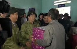 Phó TTg Trịnh Đình Dũng thăm hỏi người dân, chỉ đạo cứu hộ vụ sạt lở ở Quảng Nam