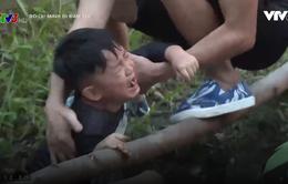 Bố ơi! Mình đi đâu thế?: Con trai nhạc sĩ Nguyễn Hải Phong khóc nấc khi bị rơi xuống rạch