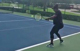 Serena bầu bí vẫn vác vợt ra sân