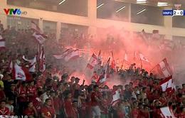 VIDEO: CĐV đốt pháo sáng, trận đấu giữa CLB Hà Nội - CLB Hải Phòng bị gián đoạn