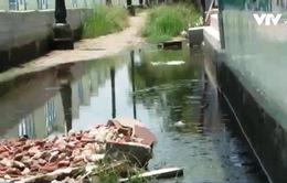 Sụt lún đường dân sinh dọc bờ kênh sông Sài Gòn