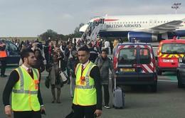 Pháp sơ tán hành khách vì bị đe dọa an ninh