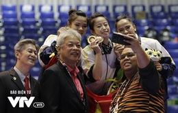 """Ấn tượng với 3 """"cô gái vàng"""" Taekwondo Việt Nam, VIP Malaysia xin chụp ảnh selfie"""