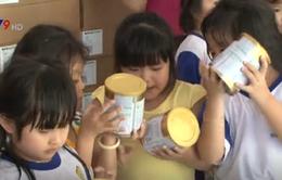 Trao tặng sữa cho các trường mẫu giáo của xã nghèo Châu Đốc