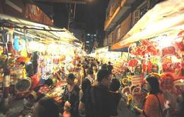 Người dân nhộn nhịp tham quan, mua sắm trên phố lồng đèn TP.HCM