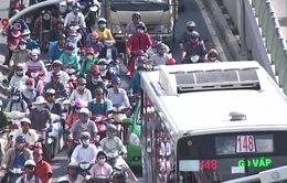 Đường vào sân bay Tân Sơn Nhất vẫn ùn tắc sau phân luồng