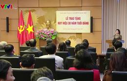 Đảng bộ cơ quan Văn phòng Quốc hội tổ chức trao Huy hiệu 30 năm tuổi Đảng cho các đảng viên