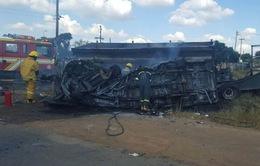 Xe bus bốc cháy sau cú đâm ôtô, 20 HS Nam Phi thiệt mạng