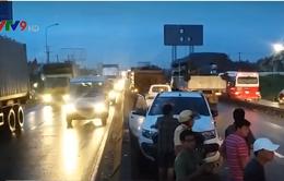 Bình Dương: Xe bán tải bị húc xoay ngược, tài xế thoát chết