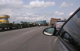 Container hất tung dải phân cách, chắn ngang Quốc lộ 5 cũ