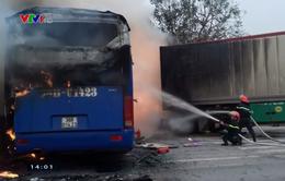 Xe khách giường nằm và xe đầu kéo bốc cháy dữ dội sau vụ va chạm