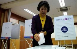 Người dân Hàn Quốc đi bầu cử, ông Moon Jae-in dẫn đầu với 38% ủng hộ