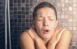 Tập tắm nước lạnh sẽ chống được bách bệnh?
