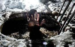 Rét run người với lễ hội tắm băng truyền thống tại Nga