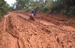 Xúc động về các thầy cô giáo lấm lem bùn đất khi đến trường