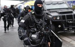 Bắt giữ 2 nghi phạm liên quan đến vụ tấn công ở sân bay Pháp