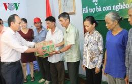 Doanh nghiệp Việt tặng quà cho Việt kiều và người nghèo tại Campuchia