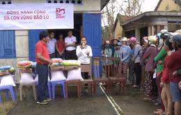 Tặng quà cho các hộ chăn nuôi bị thiệt hại do lũ