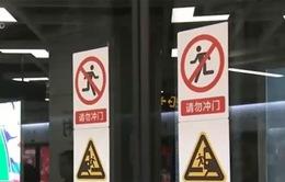 Hành vi nguy hiểm của người dân Trung Quốc khi đi tàu điện ngầm