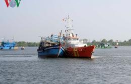 Cứu 10 ngư dân trên tàu đánh cá bị hỏng máy ngoài biển