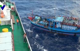 Vùng 4 Hải quân lai kéo tàu cá Khánh Hòa bị nạn vào bờ an toàn