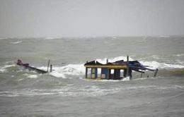 Tàu cá Quảng Trị bị lốc đánh chìm