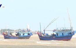 Phú Yên: Tàu cá mắc cạn, 1 ngư dân mất tích