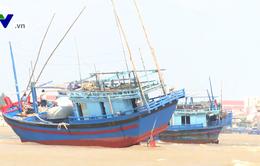 Nguy hiểm tàu cá mắc cạn tại cửa biển giữa mùa bão