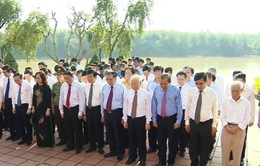 Tổng Bí thư Nguyễn Phú Trọng thắp hương tưởng niệm Tổng Bí thư Lê Duẩn
