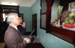 Tổng Bí thư thắp hương tưởng niệm Chủ tịch Hồ Chí Minh