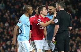 Ẩu đả kinh hoàng tại Old Trafford: Mourinho bị ném chai nước vào đầu, Arteta rách mặt?