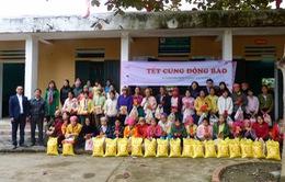 Du học sinh Việt tại Australia tặng quà Tết đồng bào vùng cao