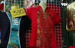 Người Thái Lan khó chọn màu sắc trang phục đón Tết 2017