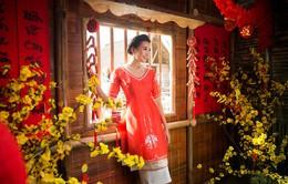 Thanh Hằng diện áo dài nổi bật giữa đồng quê
