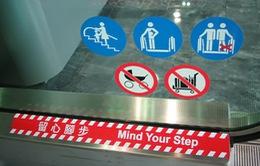 Trung Quốc: Xe đẩy chở trẻ nhỏ rơi khỏi thang cuốn