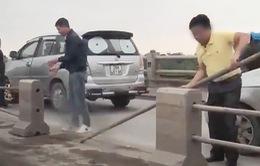 Tài xế tháo dải phân cách cầu Thanh Trì bị tước bằng lái 2 tháng