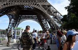 """Pháp """"mặc áo chống đạn"""" cho tháp Eiffel"""