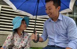 Lớp học trên vỉa hè Sài Gòn của nhân viên ngân hàng và bé bán vé số