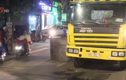 TP.HCM: Hàng chục tấn thép cuộn rơi xuống đường, nhiều người thoát chết