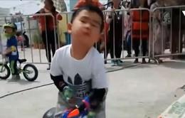 Ngộ nghĩnh cuộc đua xe đạp của các em bé tại Trung Quốc
