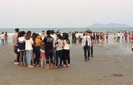 Nghệ An: Đã tìm thấy thi thể 1 học sinh bị sóng cuốn mất tích khi chụp ảnh kỷ yếu