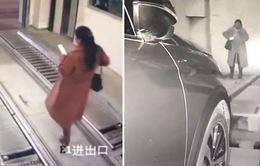 Bị xe đâm trong hầm gửi xe tự động vì dán mắt vào điện thoại