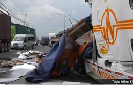 Bình Dương: Phanh gấp, hàng chục thùng kẽm đè sập cabin xe đầu kéo