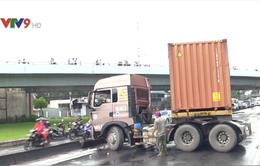 TP.HCM: Nổ lốp trong mưa, xe container đâm dải phân cách