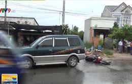 Bình Dương: Xe máy rơi bánh sau khi va chạm với ô tô, 2 thanh niên nguy kịch