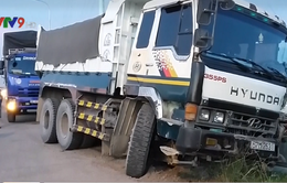 TP.HCM: Xe tải ép xe ben lao xuống ruộng rồi bỏ chạy