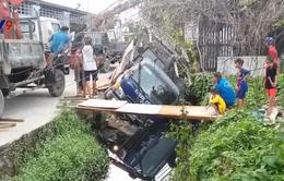 TP HCM: Xe tải làm sập đường, lật xuống mương nước